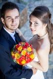 Épouse et marié dans le jour du mariage regardant l'appareil-photo Photos stock