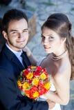 Épouse et marié dans le jour du mariage regardant l'appareil-photo Photo libre de droits