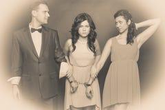 Épouse et mari dans la femme de menottes se tenant derrière Photo stock