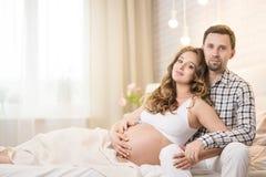 Épouse et mari enceintes Photos stock