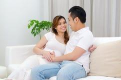 Épouse et mari enceintes d'Asiatique Image stock