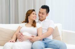 Épouse et mari enceintes d'Asiatique Photos libres de droits