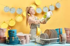 Épouse heureuse appréciant son temps dans la salle de cuisine image stock