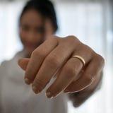 Épouse heureuse montrant son anneau de mariage sur sa main Photographie stock libre de droits
