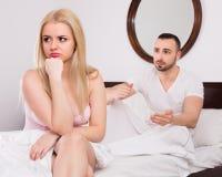 Épouse offensée de plaidoirie de mari bouleversé Photos stock