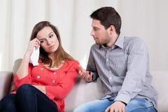 Épouse pleurant par son mari Image stock