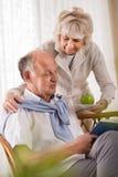 Épouse prenant soin de son mari Photo libre de droits