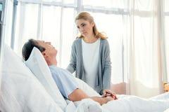 Épouse rendant visite au mari plus âgé bouleversé dans l'hôpital Photo libre de droits