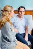 Épouse rendant visite au mari plus âgé dans l'hôpital Photos libres de droits