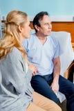 Épouse rendant visite au mari plus âgé dans l'hôpital Image stock