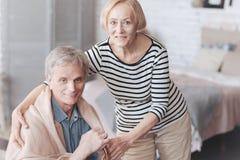 Épouse supérieure tendre prenant soin de son mari affectueux images libres de droits