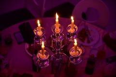 Épouser à l'intérieur la décoration le soir avec des bougies Images libres de droits