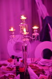 Épouser à l'intérieur la décoration le soir avec des bougies Photos stock