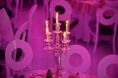 Épouser à l'intérieur la décoration le soir avec des bougies Image stock