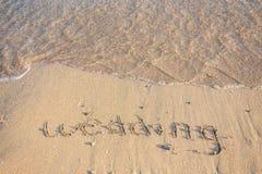 Épouser écrit dans le sable Photo libre de droits