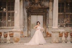 Épouser bridenear l'architecture de château Images libres de droits