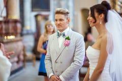Épouser dans l'église Photo stock