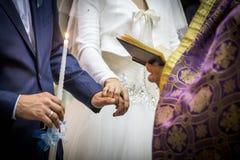 Épouser dans l'église et le prêtre Photographie stock libre de droits