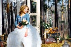Épouser dans le style campagnard dans les bois Photographie stock libre de droits