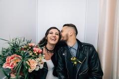 Épouser dans le style de la roche Mariage de balancier ou de cycliste Photos stock