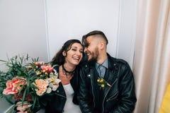 Épouser dans le style de la roche Mariage de balancier ou de cycliste Images stock