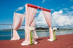 Épouser dans le style marin dans la couleur de corail photo libre de droits