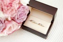 Épouser des anneaux d'or blanc dans une boîte Photographie stock libre de droits