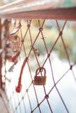 Épouser des serrures sur l'amour de barrière pour toujours images stock