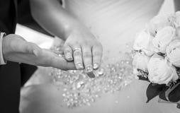Épouser en noir et blanc Image libre de droits