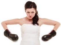 Épouser. Jeune mariée dans des gants de boxe. Émancipation. Images libres de droits