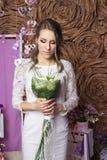 Épouser la belle jeune mariée Image stock