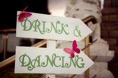 Épouser la boisson et la danse en bois de signe Photo stock