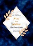 Épouser la carte d'invitation avec le cadre de marbre, feuilles de feuille d'or sur le fond bleu-foncé Calibre magique de concept illustration de vecteur
