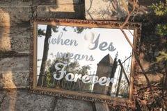 Épouser la citation sur un miroir photographie stock libre de droits