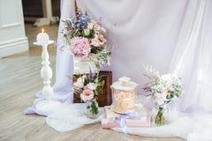 Épouser la décoration avec des fleurs et des éléments de cru photos stock