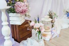 Épouser la décoration avec des fleurs et des éléments de cru image libre de droits