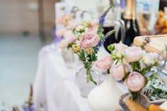 Épouser la décoration avec des fleurs et des éléments de cru image stock