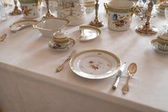 Épouser la décoration de table avec de rétros plats et couverts royaux chers de service de porcelaine de majesté dans un pala image libre de droits