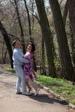 Épouser la femme supérieure heureuse d'homme de parc de danse de couples de promenade photo libre de droits
