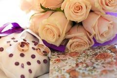Épouser la jeune mariée et les anneaux roses de bouquet Photographie stock