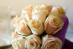 Épouser la jeune mariée rose de bouquet Image stock