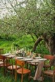 épouser la table décorée, dîner de mariage de décor en nature dans le jardin photo libre de droits