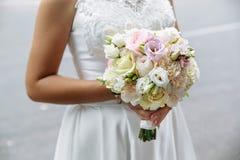 Épouser le beau bouquet dans les mains de la jeune mariée closeup Images stock