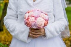 Épouser le bouquet artificiel dans les mains de jeune mariée Photos libres de droits