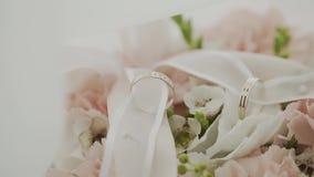 Épouser le bouquet avec des anneaux de mariage sur la table banque de vidéos
