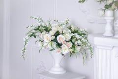 Épouser le bouquet des roses blanches dans un vase Décorations de mariage Le blanc a monté image libre de droits