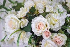 Épouser le bouquet des roses blanches dans un vase Décorations de mariage Le blanc a monté photos stock