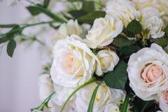 Épouser le bouquet des roses blanches dans un vase Décorations de mariage Le blanc a monté images libres de droits