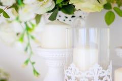 Épouser le bouquet des roses blanches dans un vase Décorations de mariage Le blanc a monté photo libre de droits