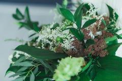 Épouser le bouquet nuptiale avec de grandes feuilles tropicales de vert et fleurs blanches Photo stock